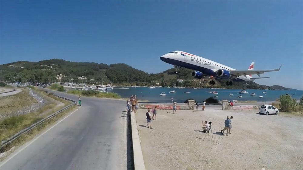 Люди фотографируют самолет в Греции