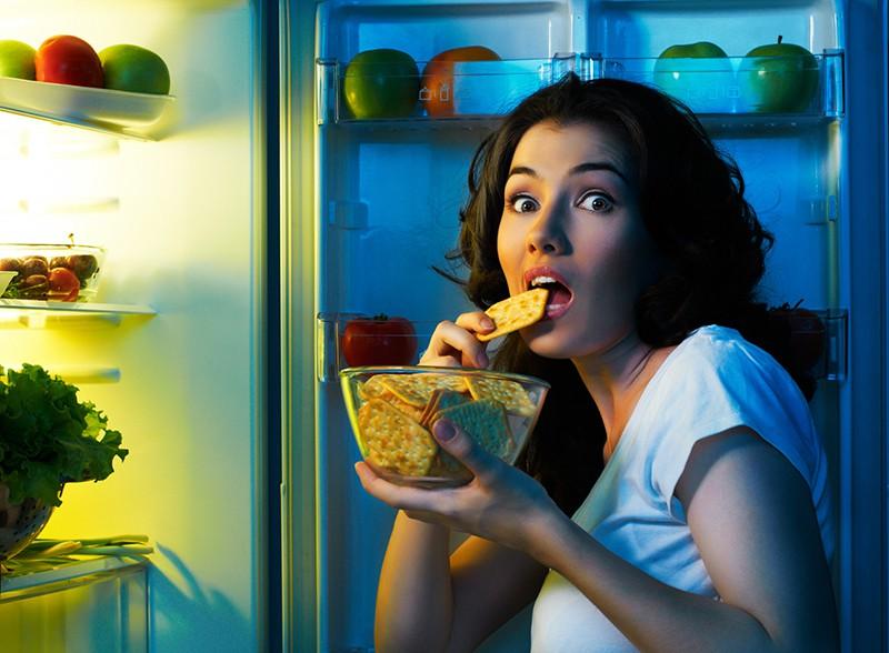 Девушка у холодильника с едой