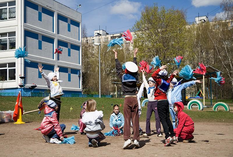 Дети играют у школы