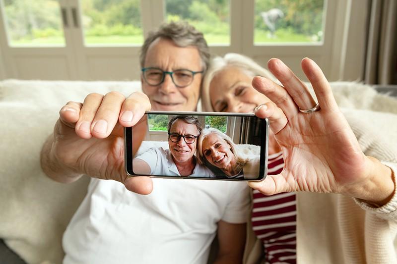 Пенсионеры делают селфи