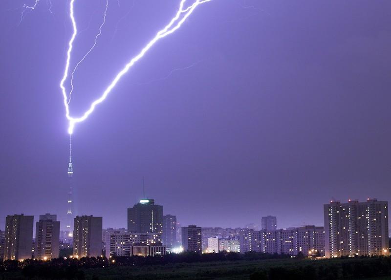 Удар молнии в Останкинскую башню