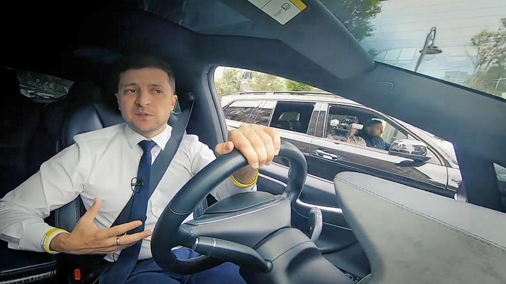 Владимир Зеленский за рулем автомобиля