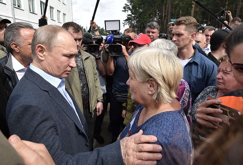 Владимир Путин во время общения с жителями Тулуна, пострадавшими в результате наводнения