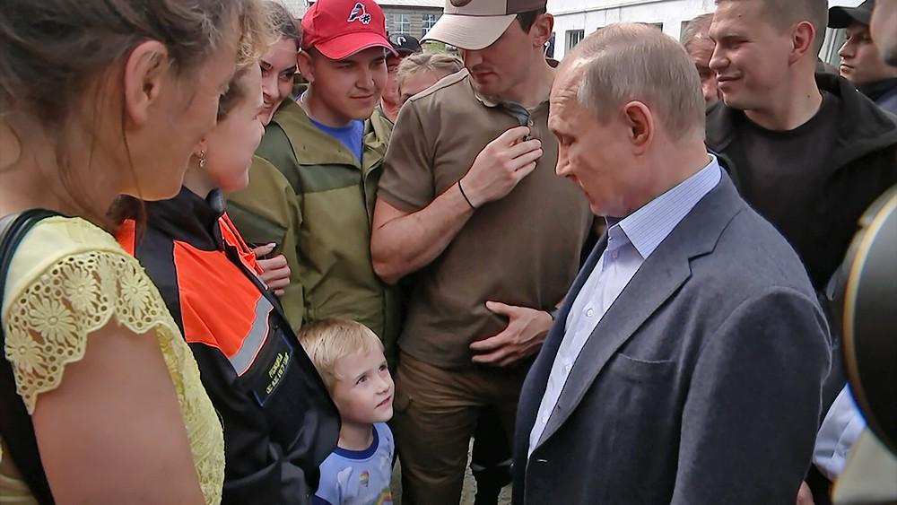 Владимир Путин общается с мальчиком из затопленного Тулуна