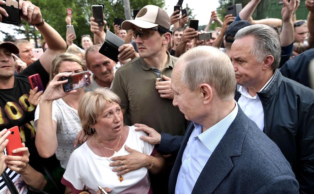 Владимир Путин общается с жителями Тулуна, пострадавшими от наводнения