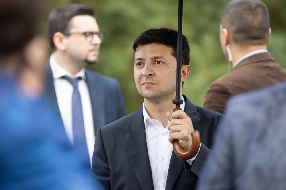 Владимир Зеленский под зонтом
