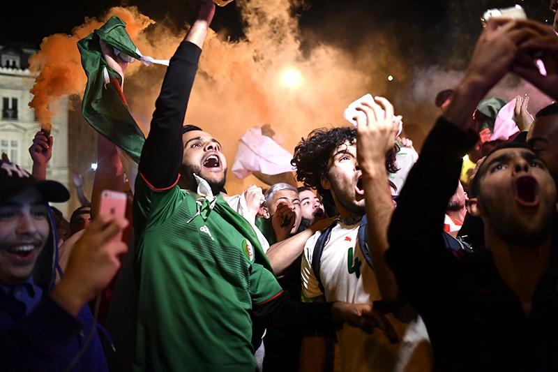 Болельщики сборной Алжира во время беспорядков на Елисейских полях в Париже