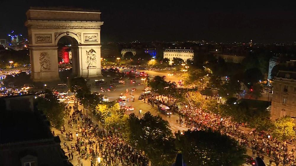 Болельщики во время беспорядков в Париже