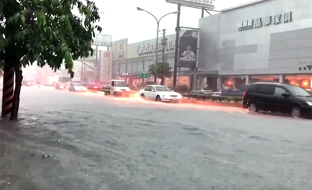 Японию затопило: власти объявили наивысший уровень погодной опасности