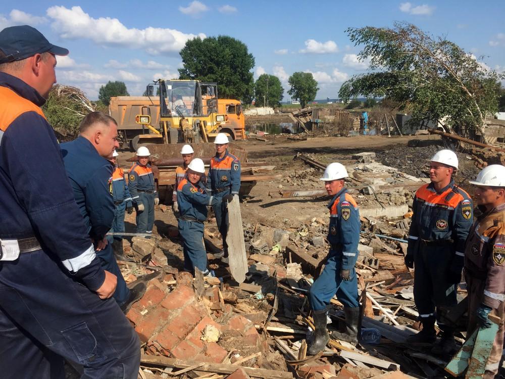 Спасатели МЧС ликвидируют последствия паводка