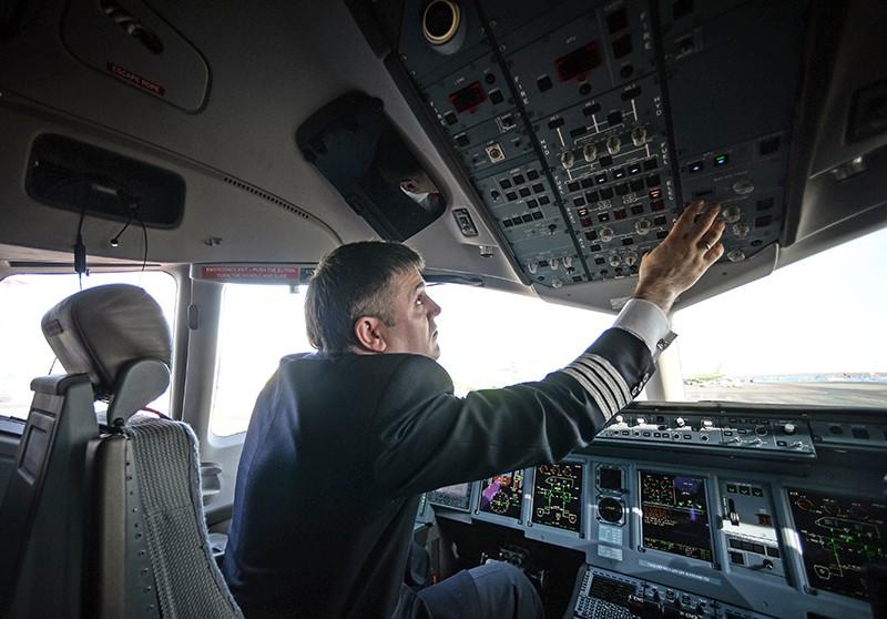Пилот в кабине самолета Сухой Суперджет 100 (SSJ-100)