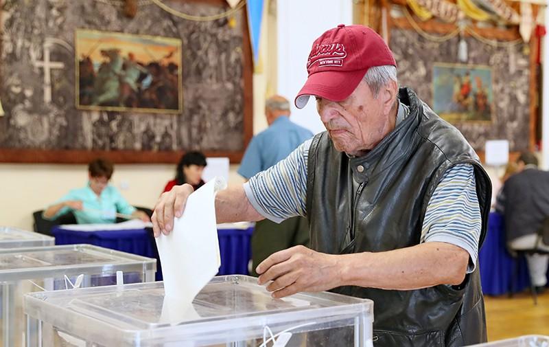 Избиратели голосуют на досрочных выборах в Верховную раду Украины