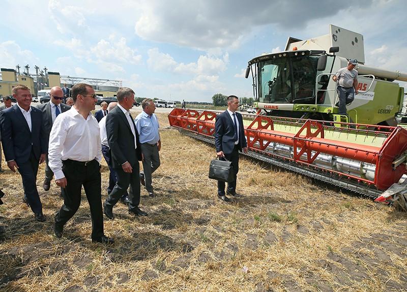 Дмитрий Медведев во время ознакомления с ходом работ по уборке зерновых культур в Курской области