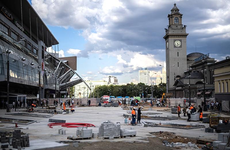Строители производят работы по благоустройству площади Киевского вокзала