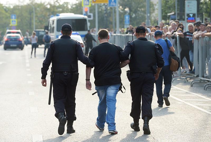Сотрудники полиции задерживают участника несанкционированного митинга