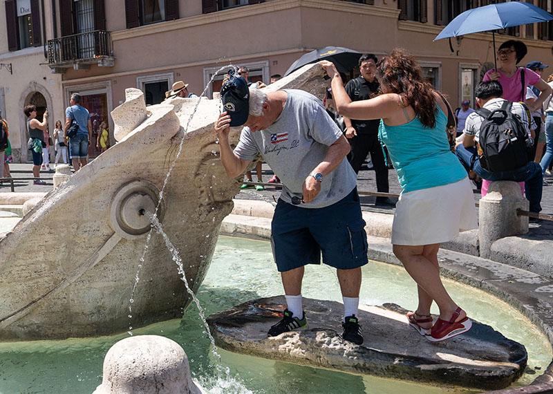 Туристы у фонтана в Риме