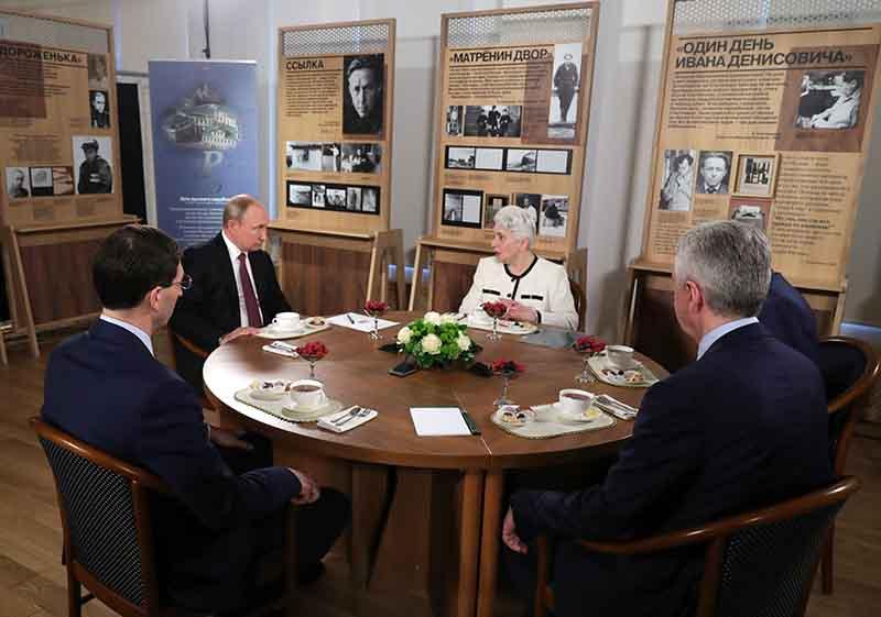 Владимир Путин во время беседы с вдовой писателя Александра Солженицына