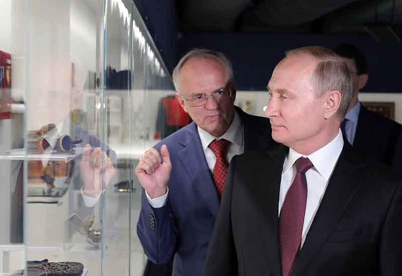 Владимир Путин во время осмотра экспозиции Музея русского зарубежья