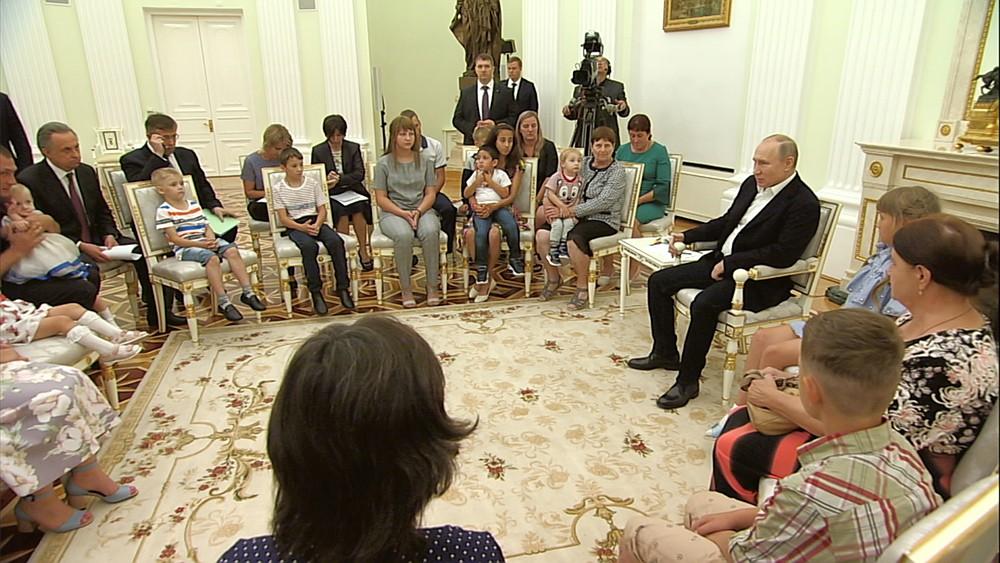 Владимир Путин во время встречи с семьями пострадавших в результате паводка в Иркутской области