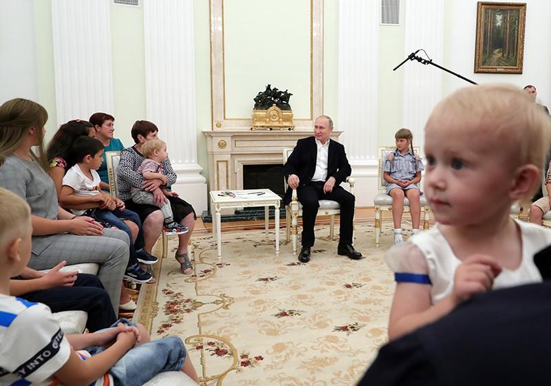 Владимир Путин во время встречи с пострадавшими от наводнения в Иркутской области