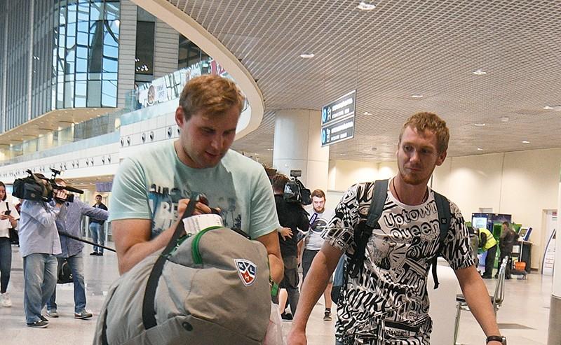 Российские моряки задержанного на Украине судна в московском аэропорту Домодедово