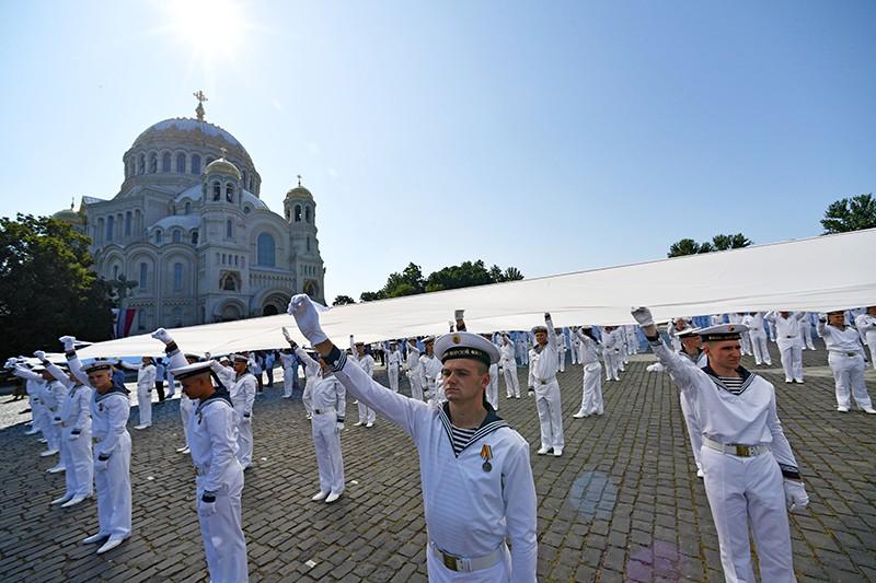 Моряки развернули самый большой в мире Андреевский флаг на Якорной площади в Кронштадте