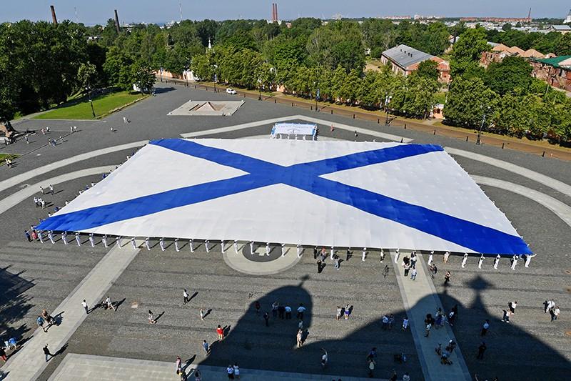 Самый большой в мире Андреевский флаг развернули в Кронштадте