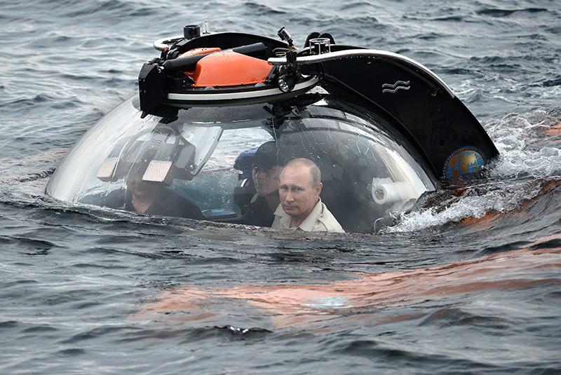 Президент России Владимир Путин совершает погружение на батискафе