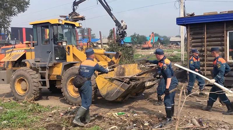 Сотрудники МЧС РФ занимаются аварийно-восстановительными работами в Иркутской области
