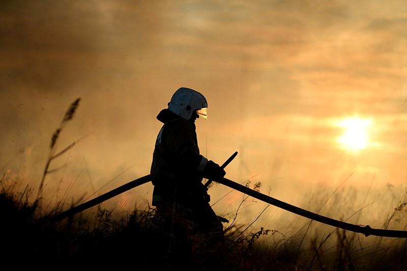 Сотрудники МЧС России тушат степной пожар