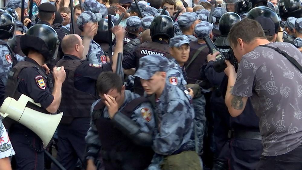 Пострадавший полицейский во время несогласованного митинга в Москве