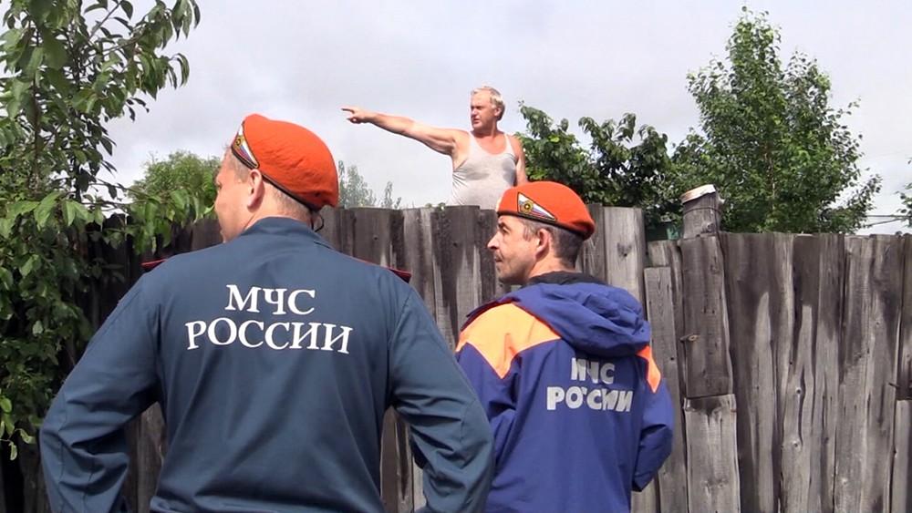 Сотрудники МЧС России работают в зоне паводков