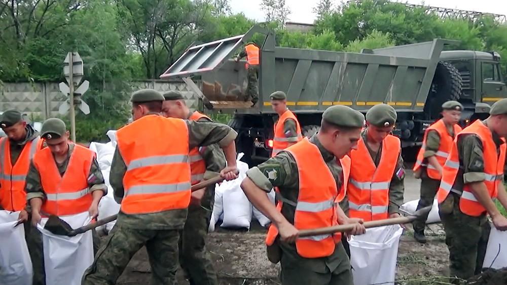 Военнослужащие армии России в зоне паводков