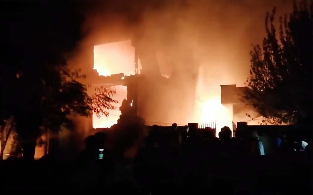 Последствия падения самолета на жилые дома в Пакистане