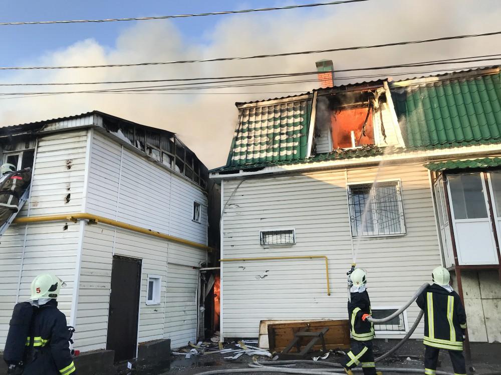 Пожарные на месте возгорания жилых домов