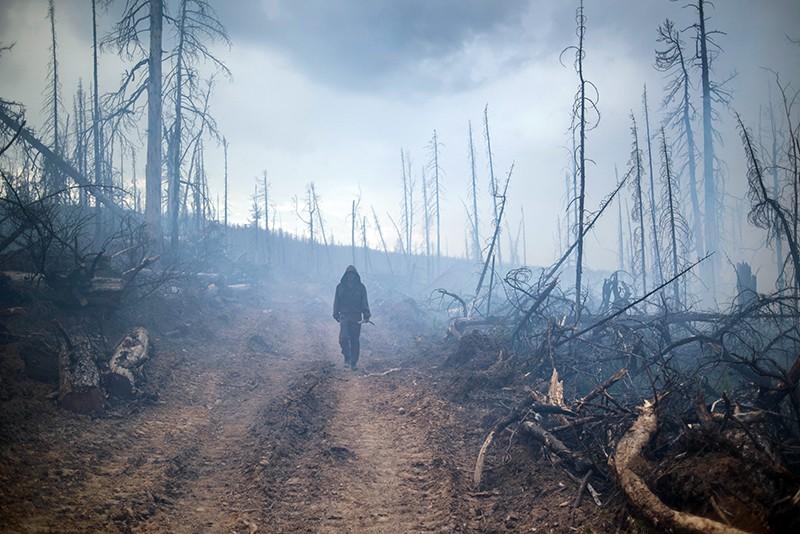 """Сотрудник """"Авиалесоохраны"""" во время ликвидации природного лесного пожара"""