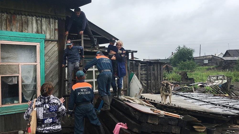 Спасатели МЧС России эвакуируют жителей из зоны паводка