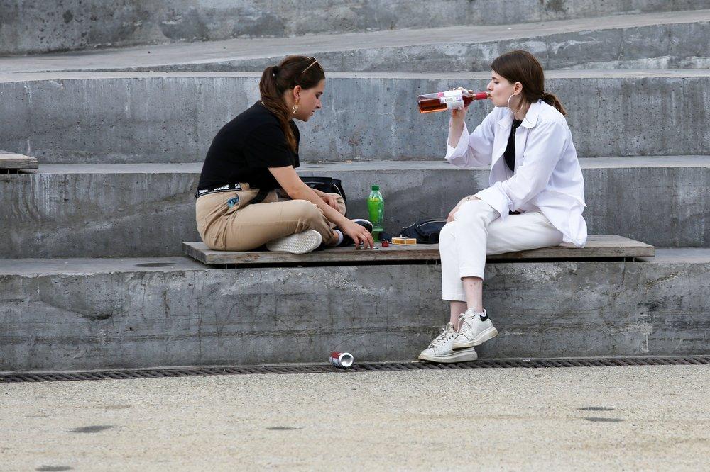 Девушки пьют алкоголь