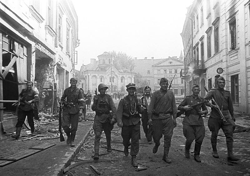Советские и польские солдаты в городе во время Второй мировой войны