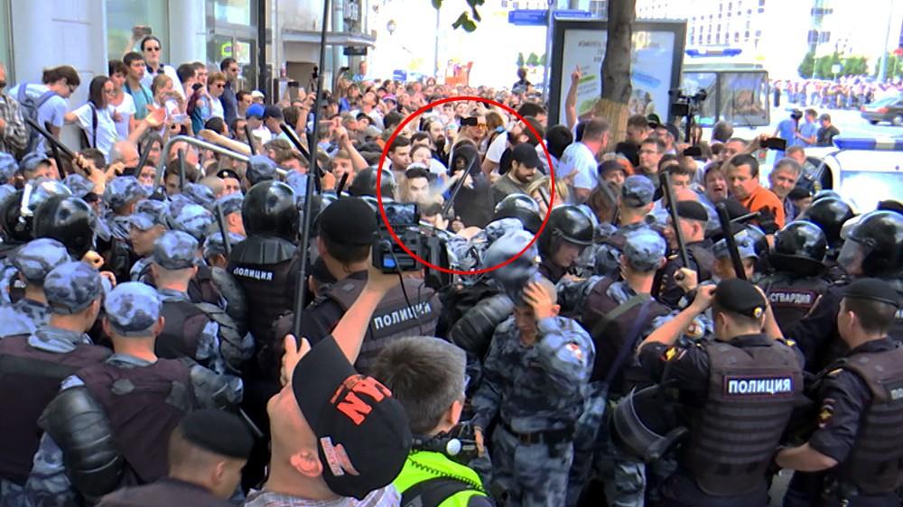 Распыление слезоточивого газа протестующими во время несогласованного митинга