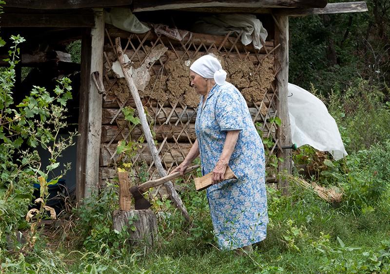 Бабушка с топором