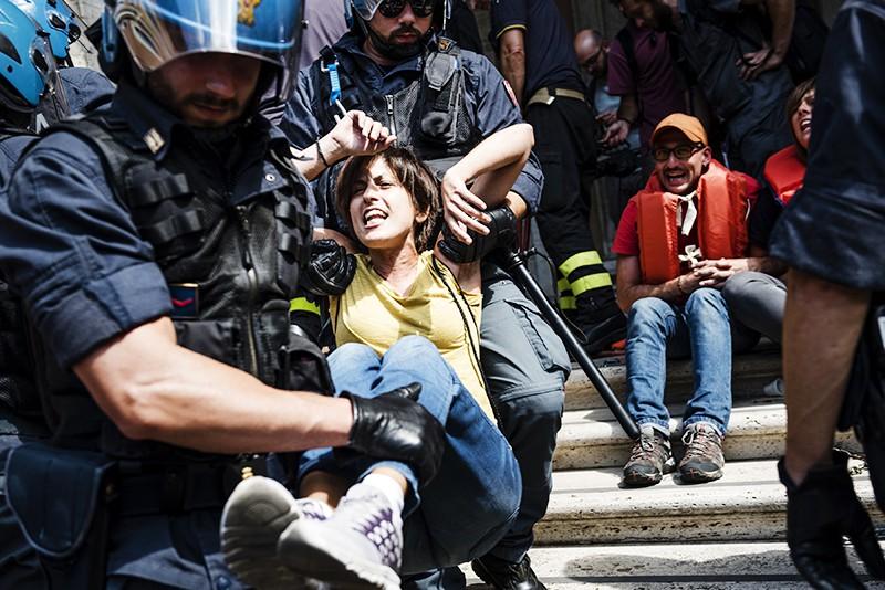 Полиция Италии задерживает митингующих