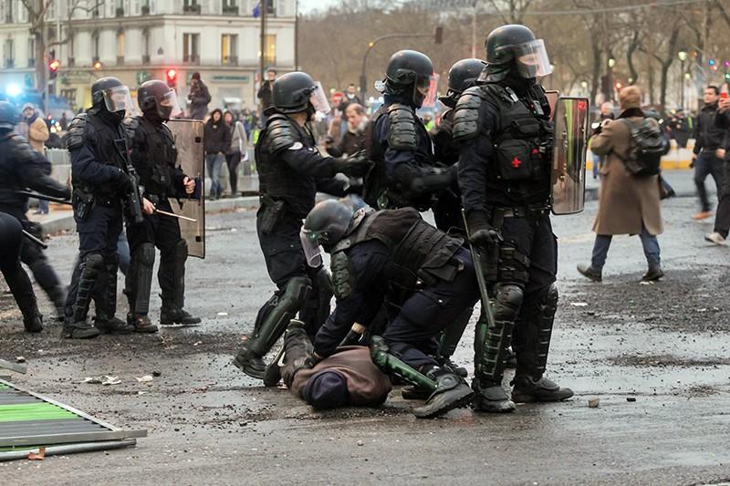 Полиция Франции задерживает митингующих