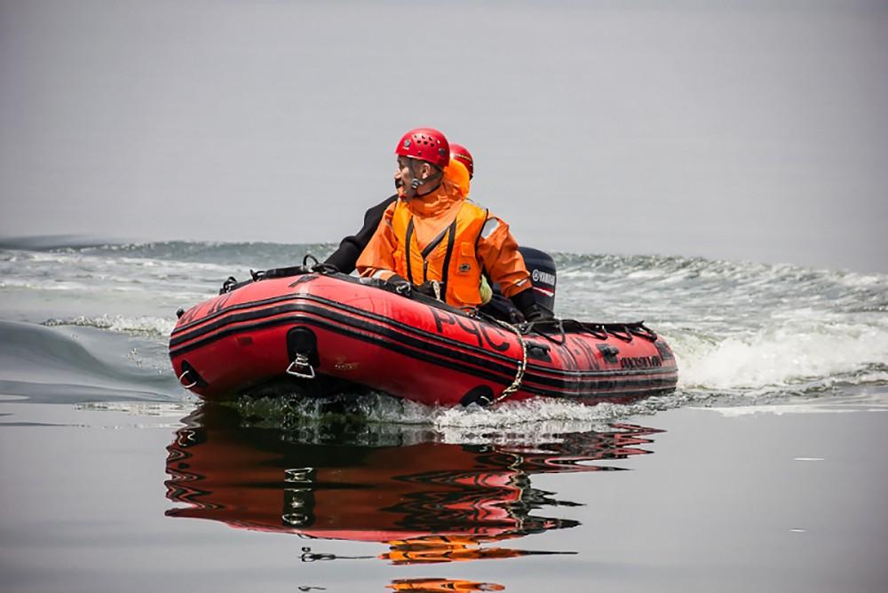 Спасатели МЧС на воде