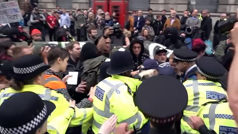Полиция Великобритании задерживает митингующих
