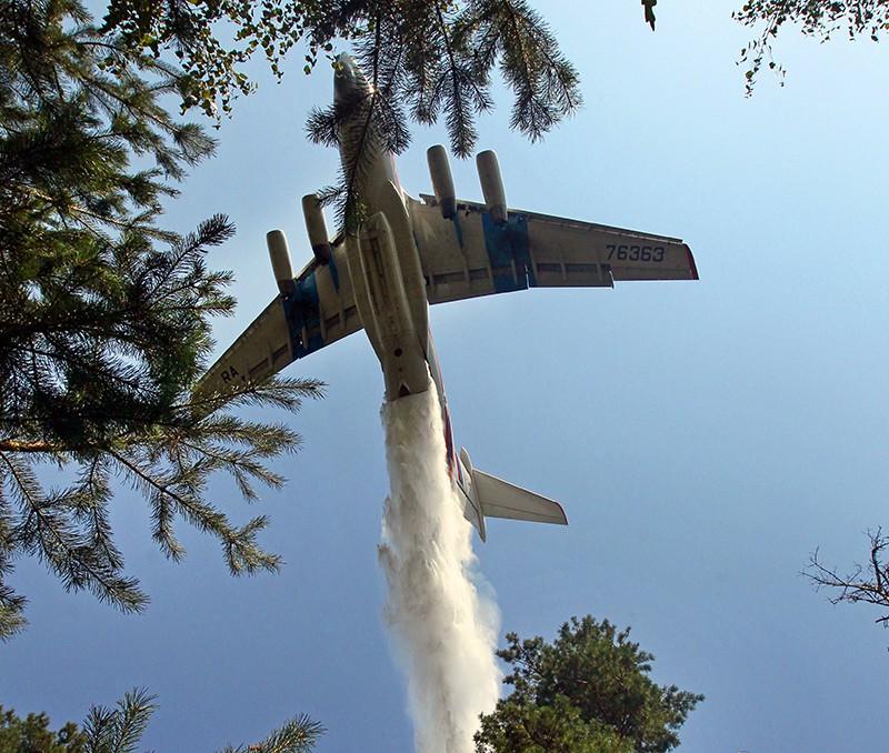 Самолет Ил-76 тушит лесные пожары