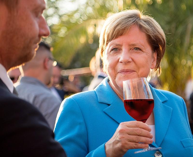 Ангела Меркель пьет вино