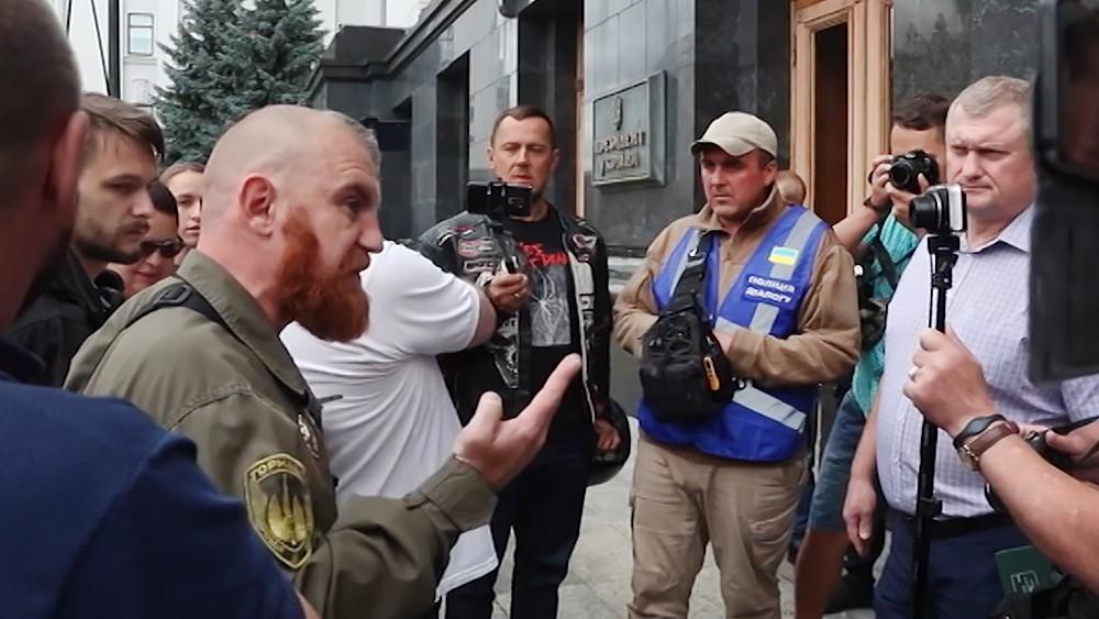 Украинские радикалы у здания администрации президента