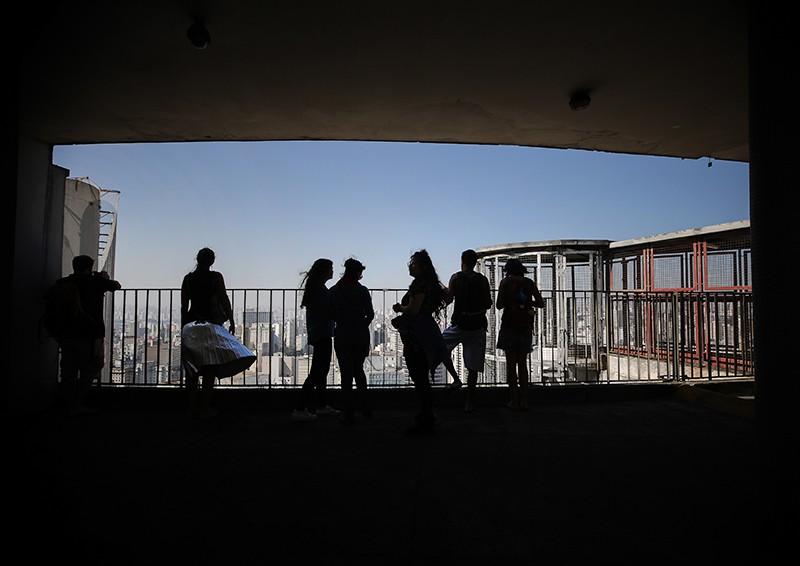 Туристы на крыше отеля