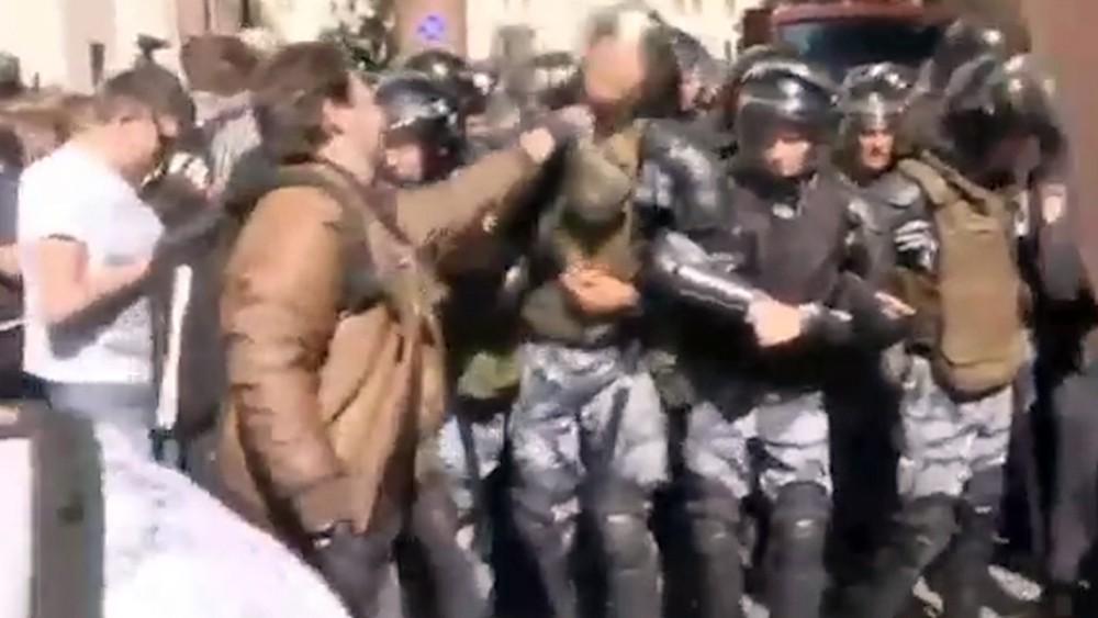 Кирилл Жуков во время участия в массовых беспорядках в Москве